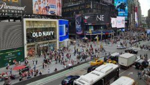 NY e outros estados analisam multar pedestres que usarem o celular ao atravessar a rua