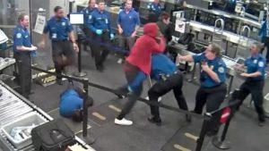 Homem fere 5 agentes da TSA ao passar pelo embarque no aeroporto de Phoenix (AZ)