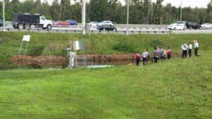 Homem é retirado de carro submerso em canal na Florida Turnpike