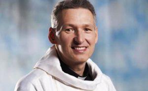 Após ser empurrado do altar, Padre Marcelo Rossi resolve não prestar queixa