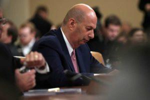 Embaixador diz que pressionou a Ucrânia cumprindo ordem de Trump