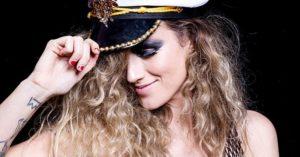 Ana Cañas critica padrões de beleza em clipe