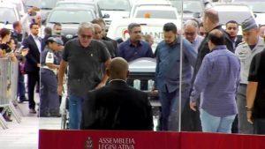 Corpo de Gugu Liberato chega ao Brasil e é velado em SP