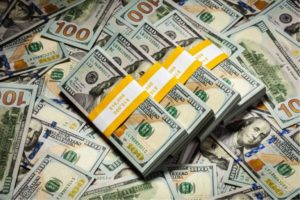 Dólar continua em alta e bate R$ 4,37