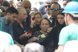 Sob comoção, corpo de Gugu Liberato é sepultado em São Paulo