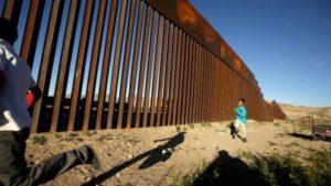 Contrabandistas serram partes do muro novo na fronteira EUA-México