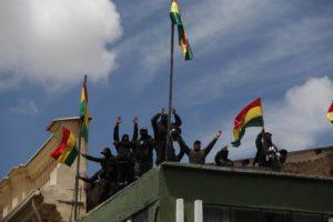 Bolívia registra noite de violência após renúncia de Evo Morales