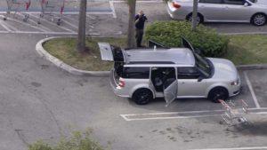 Menino de 7 anos atira na própria perna com arma deixada no carro