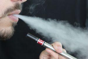 Estados Unidos aumentam para 21 anos a idade mínima para compra de cigarro
