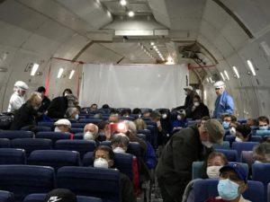 Americanos retirados de navio de cruzeiro no Japão chegam aos EUA; 14 estão com coronavírus