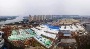 Hospital construído em 10 dias na China recebe os primeiros pacientes
