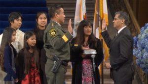 Primeiro xerife asiático-americano na Califórnia promete proteger imigrantes